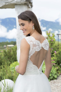 Raffiniert in Szene gesetzt: Elegante Braut- und Abendmode