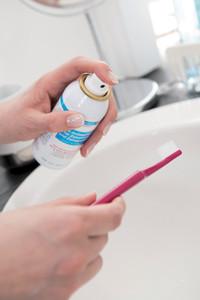 Generation 50+: Zahnbürste und Prothese einfach keimfrei